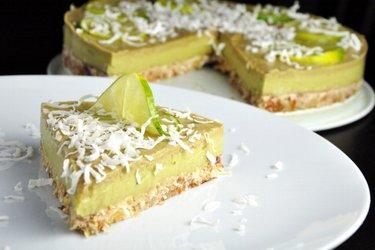 Raw limetkovo-avokádová torta