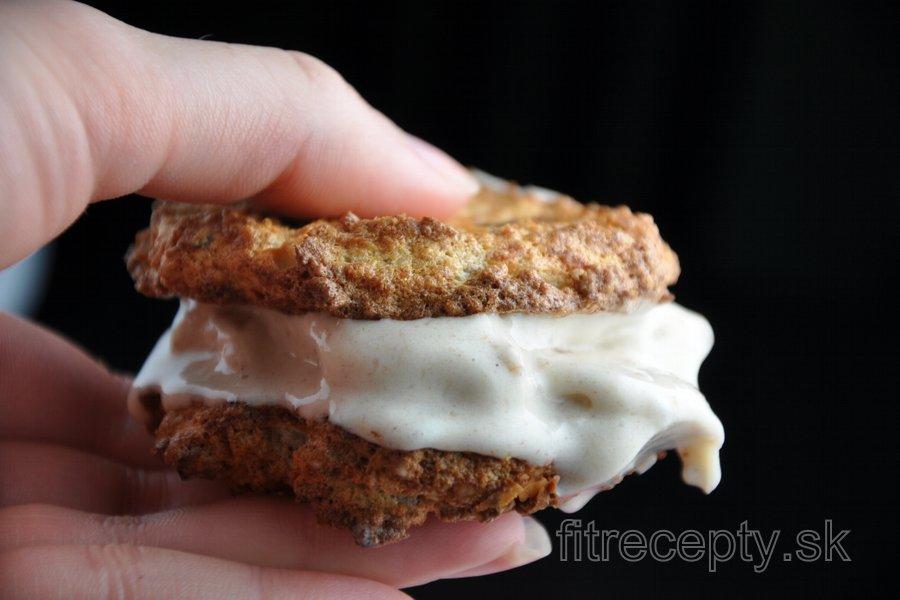 Mandľovo-kokosové keksíky plnené banánovou zmrzlinou