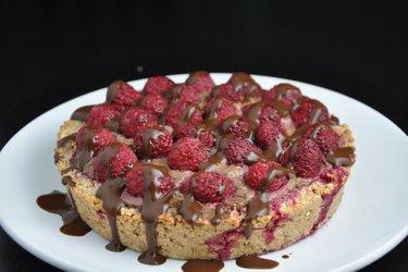 Malinový koláč s avokádovo-kakaovou plnkou
