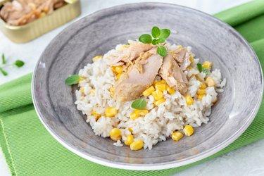 Hnedá ryža s tuniakom a kukuricou