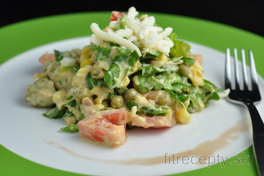 Fitness zeleninový šalát s tuniakom, hráškom a syrom