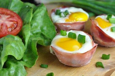Zapečené vajíčko v šunke so špenátom a syrom