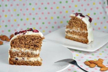 Škoricová torta s medovo-ricottovou polevou