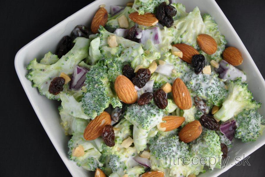 Zdravý brokolicový šalát s hrozienkami a mandľami