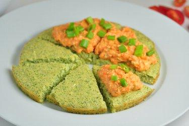 Brokolicový koláč s mrkvovou nátierkou