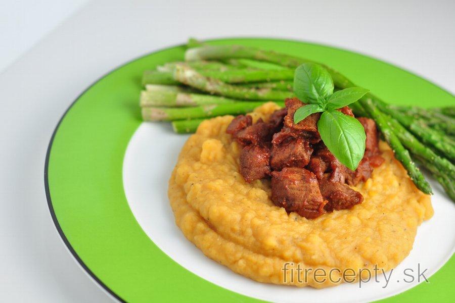 Hovädzie mäso s hrachovou kašou a špargľou