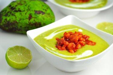Studená avokádová polievka s pikantnými krevetami