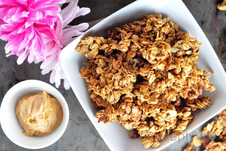 Chrumkavá domáca granola s arašidovým maslom