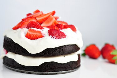 Zdravá kakaová torta bez múky s tvarohovo-jahodovým krémom