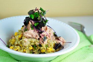 Quinoa s bazalkovým pestom a tuniakom