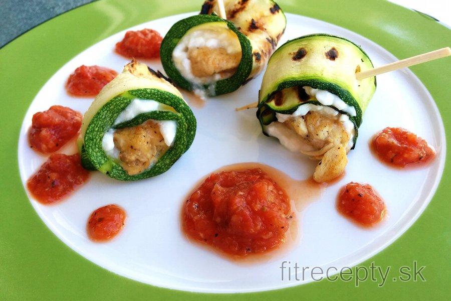 Kuracie cuketové rolky s cottage syrom a paradajkovou omáčkou