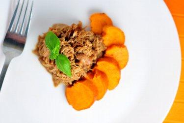 Trhané kuracie mäso na mede so sladkými zemiakmi