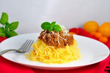 """Tekvicové """"špagety"""" s mletým morčacím mäsom v paradajkovej omáčke"""