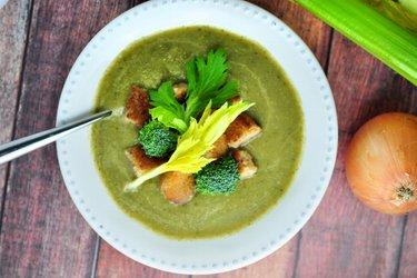 Polievka zo stonkového zeleru a brokolice