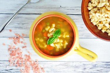 Mrkvovo-hrášková polievka s cícerovými haluškami