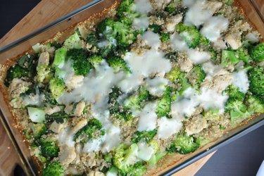 Zapekaná quinoa s brokolicou a kuracím mäsom