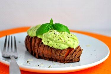 Sladký zemiak s avokádovo-bazalkovým prelivom