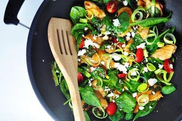 Kuracie stehná so špenátom a pórom v paradajkovej omáčke