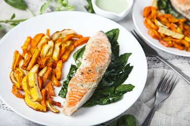 Grilovaný losos so zeleninovými hranolkami a jogurtovo-cesnakovou omáčkou