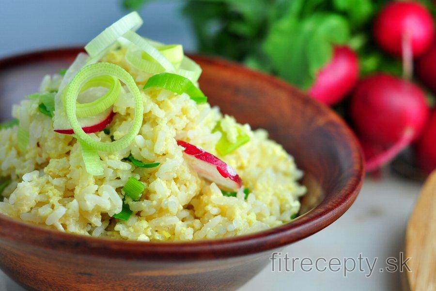 Vajíčková ryža s reďkovkami a pórom