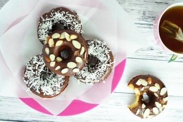 Pečené šišky z kokosovej múky s čokoládovou polevou