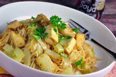 Chow mein s dusenou kapustou a opečeným tofu