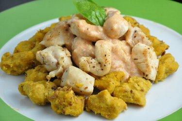 Tekvicové gnocchi (halušky) s kuracím mäsom a syrovou omáčkou