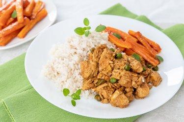 Kuracie prsia s tofu, hráškom, mrkvovými hranolkami a kari ryžou