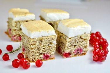 Ríbezľový koláč s makom a bielkovou polevou