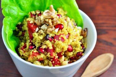 Quinoový šalát s kurkumou, granátovým jablkom a orechami