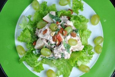Tuniakový zeleninovo-ovocný šalát