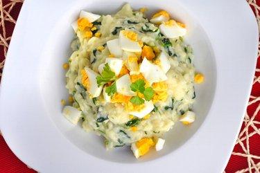 Ryža so špenátom, vajíčkami a kozím syrom