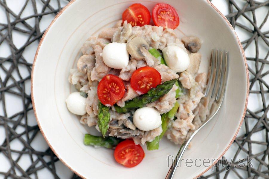 Celozrnné cestoviny v cesnakovo-karfiólovej omáčke so špargľou, hubami a mozzarellou