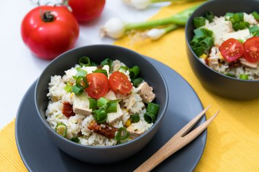 Perfektné tofu rizoto s parmezánom, sušenými paradajkami a cuketou