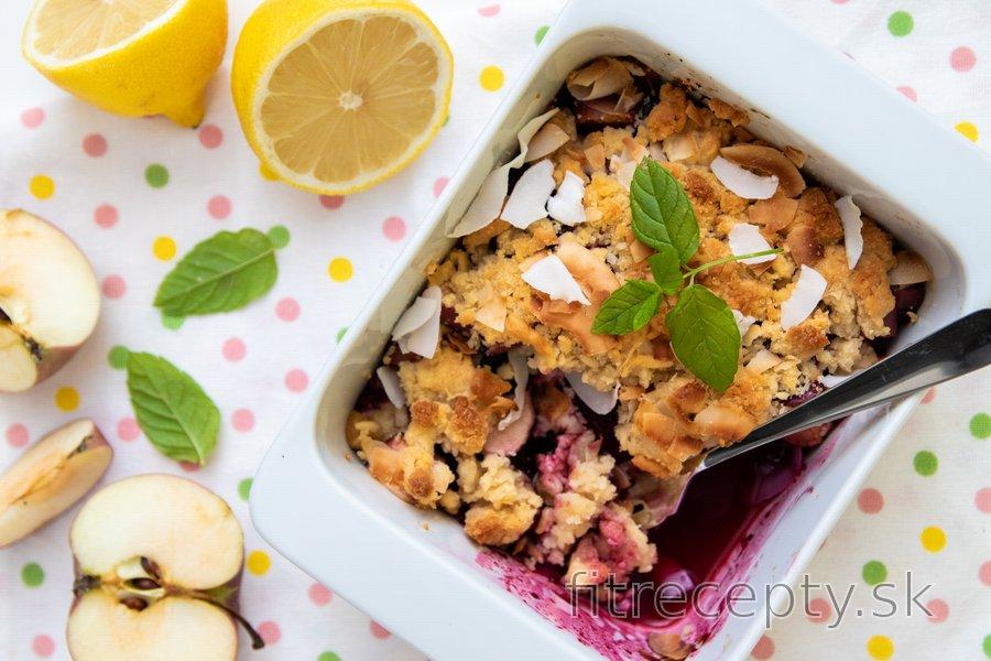Zdravý slivkovo-jablkový crumble