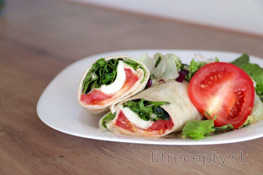 Wrap s humusom, paradajkou, syrom a šalátom