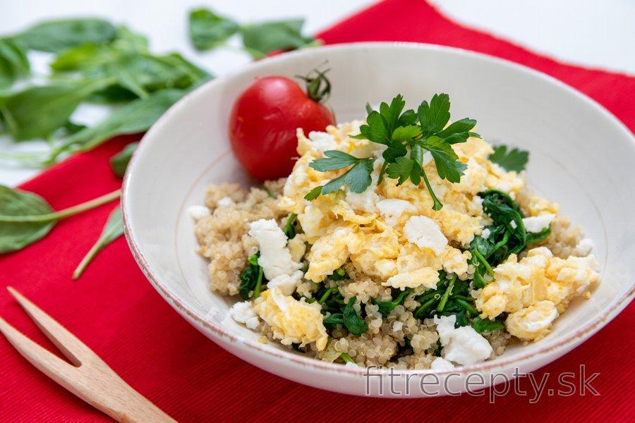 Miešané vajíčka so špenátom, quinoou a kozím syrom