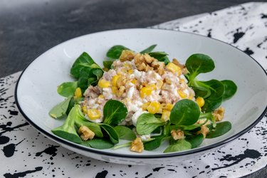 Tuniakový šalát s cottage syrom, kukuricou a vlašskými orechmi