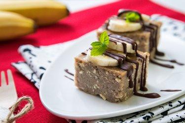 Tvarohovo-gaštanový koláč s banánom a čokoládou
