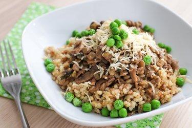 Šošovicový tanier s hráškom, hubami a ryžou