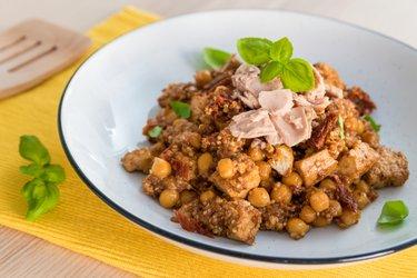 Zdravý cícerovo-quinoový tanier s tofu