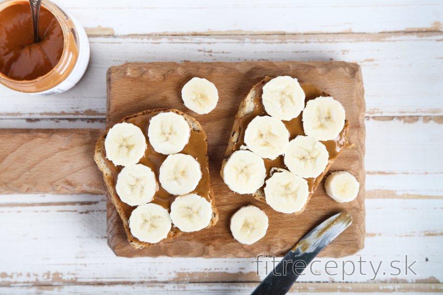 Celozrnné toasty s banánom a arašidovým maslom