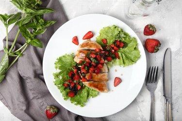 Fit grilované kuracie prsia s bazalkou a jahodami
