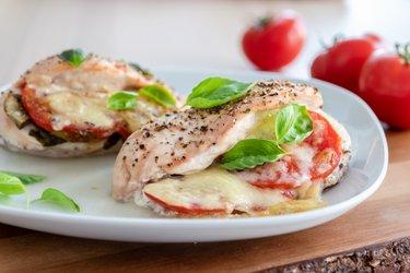 """Pečené kuracie prsia """"Caprese"""" s paradajkami, bazalkou a mozzarellou"""