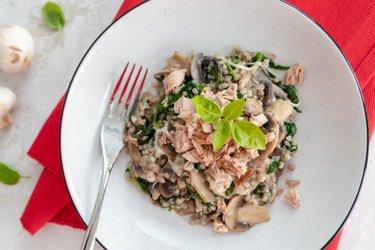 Zdravá pohánka so špenátom, hubami, syrom a tuniakom