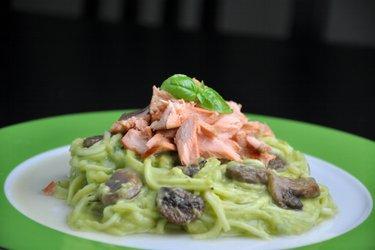 """Cuketové """"špagety"""" s krémovou avokádovou omáčkou a lososom"""