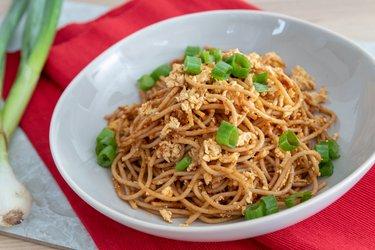 Špagety s opečeným tofu a pestom zo sušených paradajok