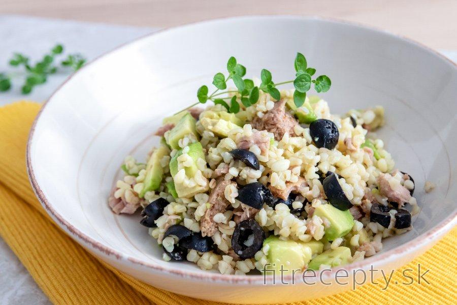 Bulgur s avokádom, tuniakom a olivami