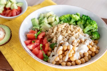 Zeleninový šalát s cícerom, quinoou a humusom
