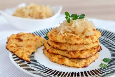 Pečené zemiakové placky s kyslou kapustou